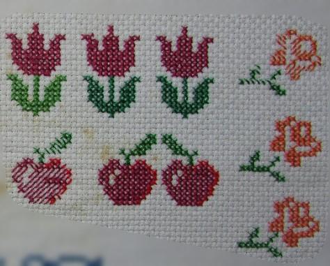 Flores e maçãs em ponto cruz